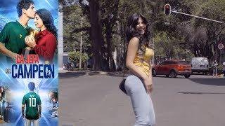 Tita baila en las calles para alimentar a sus hijos | La jefa del campeón - Televisa