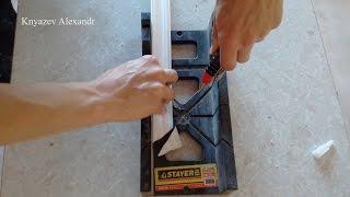 Как обрезать потолочный плинтус под углом в стусле?