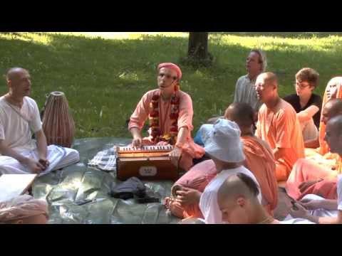 HH Kadamba Kanana Swami - kirtan in the park 30.08.2015