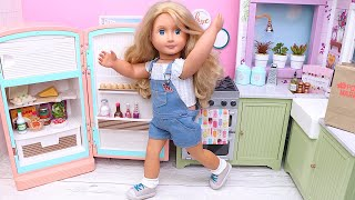 Doll helps mommy with grocery shopping and organises food in fridge I Play Dolls