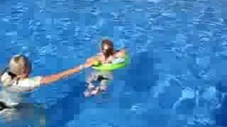 дети играют в большом бассейне