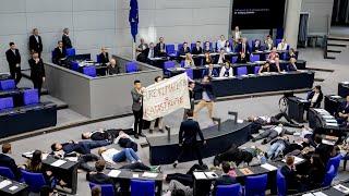 Aktion im Bundestag: Klima-Aktivisten stellen sich tot