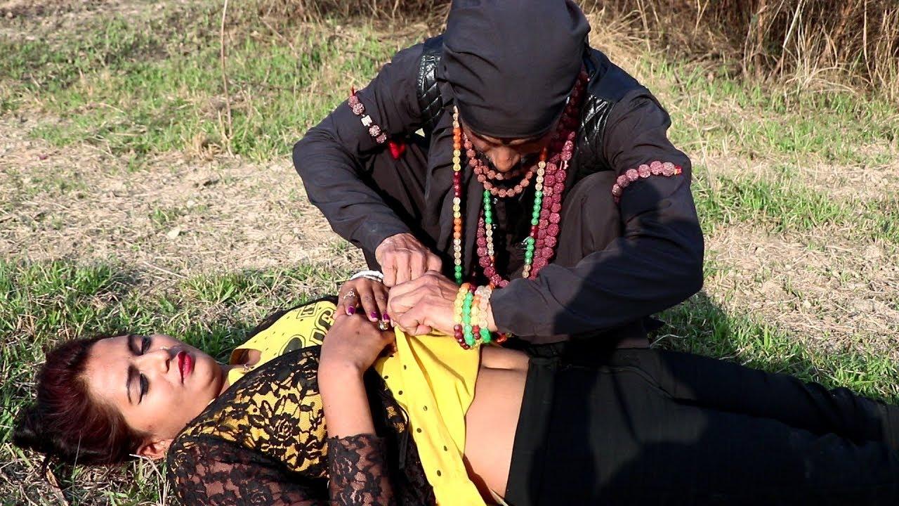 Download बेहोश लड़की के कपडा खोल देलक तान्त्रिक। Ladki ko behosh kar kapda kholne laga tantrik
