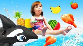 Бьянка и Маша Капуки купаются с игрушками в бассейне - Привет, Бьянка