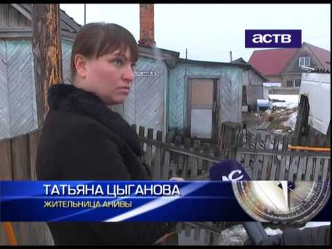Жительница Анивы готовит лодку из-за подтопления своего дома