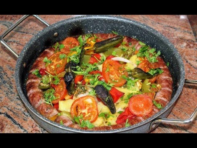 Прясна наденица със зеленчуци на фурна