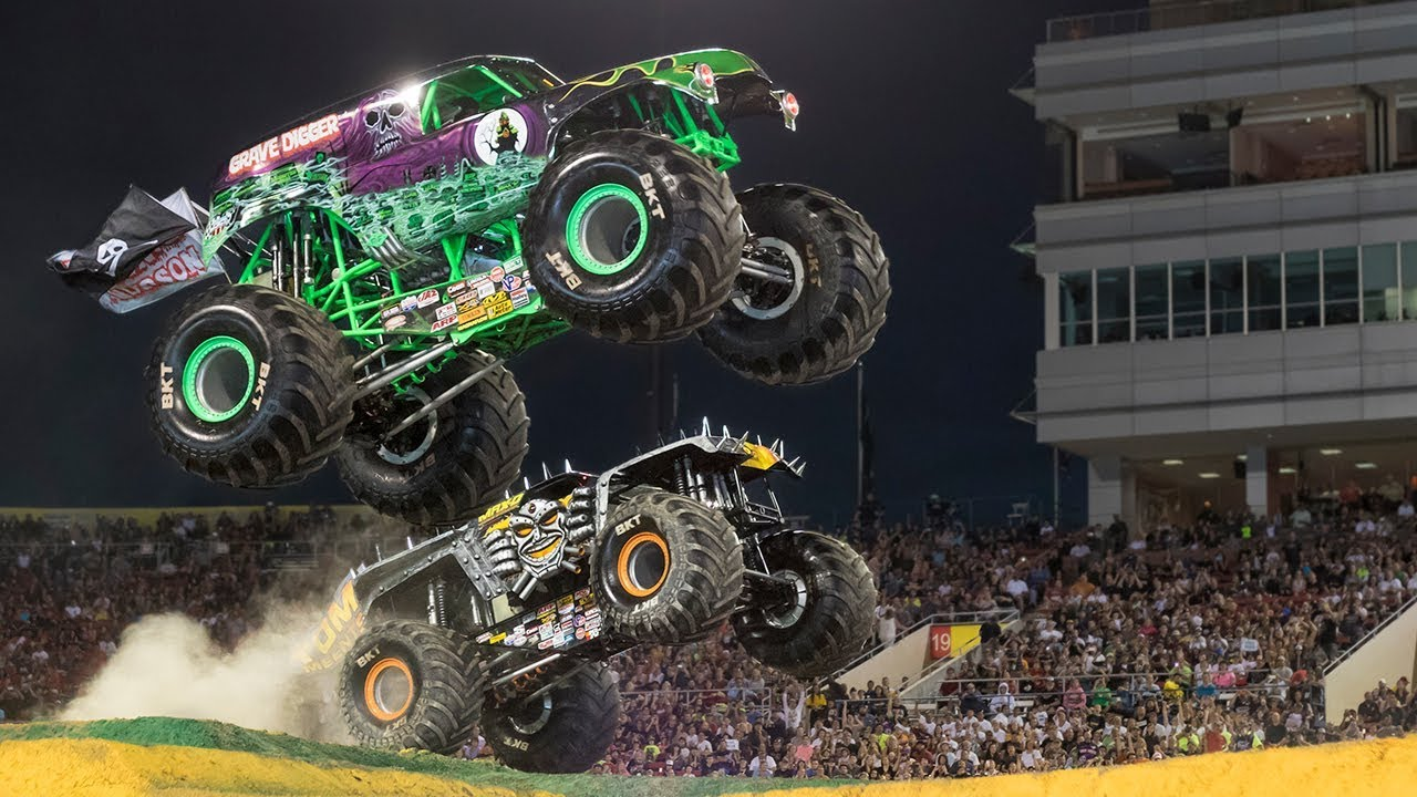 Grave Digger Vs Max D Monster Jam 2018 Racing Youtube