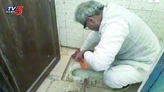 చేతులతో టాయిలెట్ క్లీన్ చేసిన బీజేపీ ఎంపీ..! | BJP MP Cleaning School Toilet | TV5 News