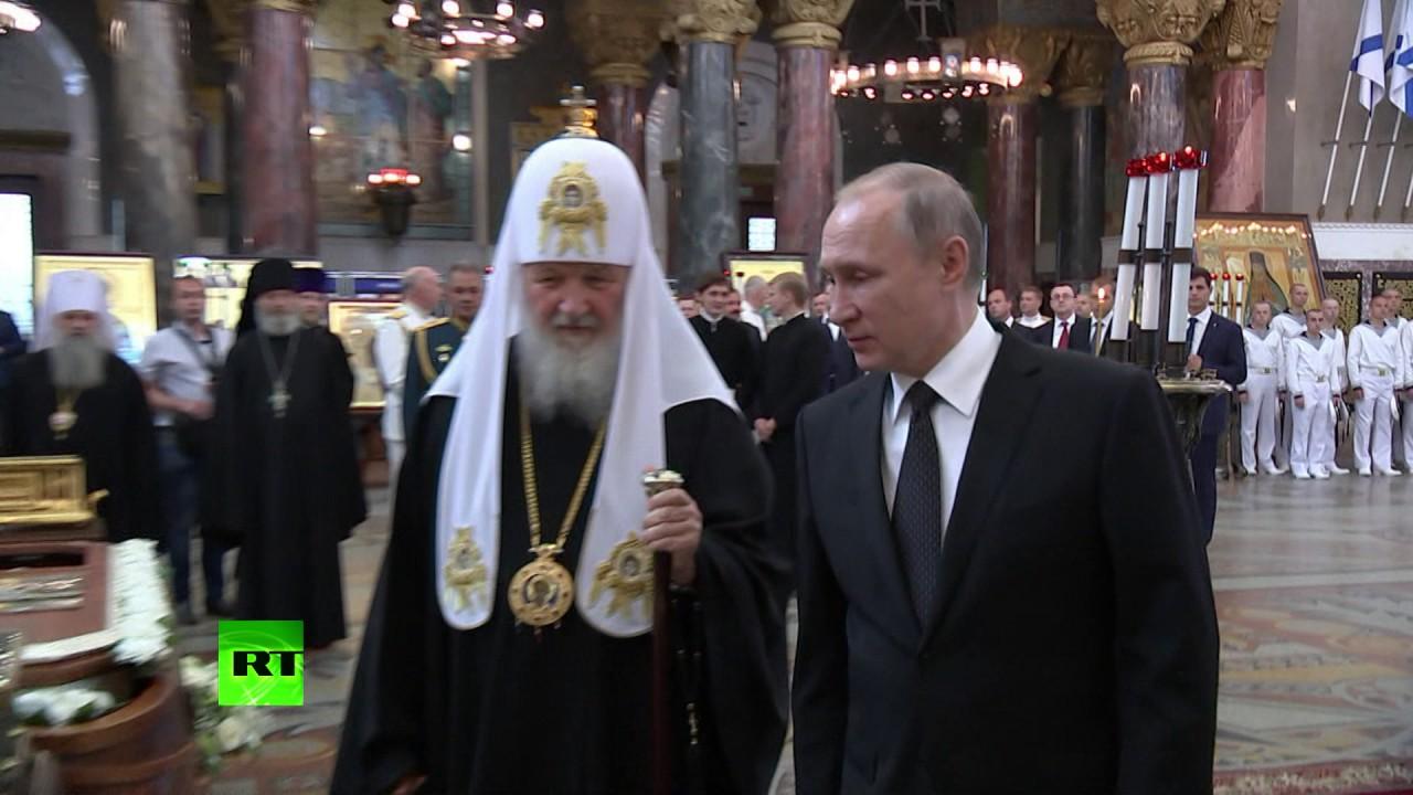 Путин приложился к мощам святых в Никольском соборе Кронштадта