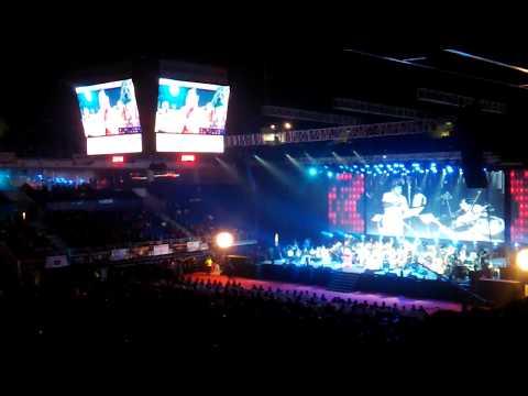 Ilaiyaraaja sings poomalaiye thol serava ,Crowd goes crazy !!
