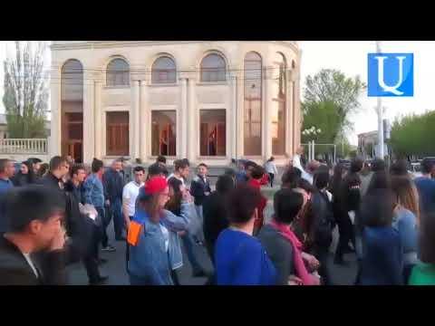Գյումրիում հարսանիքավորները պարեցին ցուցարարների պատվին