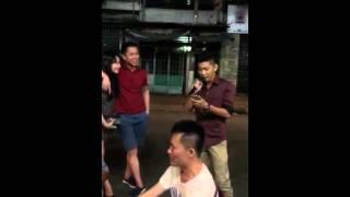 Hoàng The Men hát live song ca cùng fan.