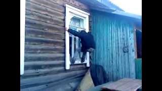 Чувак лезет в окно, Ржака.MP4