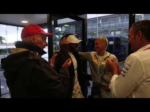 Video inedito - Niki Lauda abbraccia Lewis Hamilton dopo il Record di Pole Position in F1