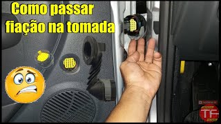 Baixar Como passar o fio de alto falante no conector de porta do Fiat Mobi