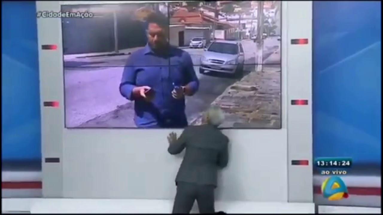 Sikera Júnior se desespera no ar com o repórter ocupado no Zap