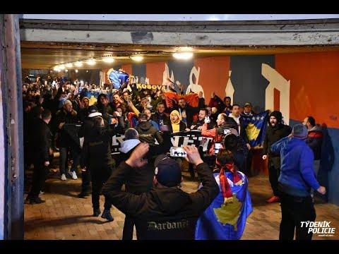 BEZPEČNOSTNÍ OPATŘENÍ: POCHOD FANOUŠKŮ KOSOVA NA STADION V PLZNI futball És politika: a csehek szerb zászlókkal borzolták a koszovói szurkolók és játékosok idegeit FUTBALL ÉS POLITIKA: A csehek szerb zászlókkal borzolták a koszovói szurkolók és játékosok idegeit hqdefault