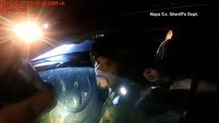 شاهد: مسلح يطلق النار على شرطية بعد توقيفها لسيارته لسيره في اتجاه معاكس…