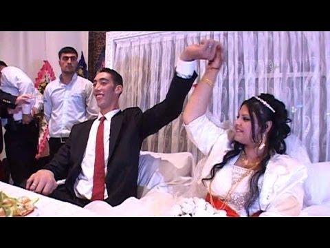 Un Turc, l'homme le plus grand du monde à 2,51 m, se mariede YouTube · Durée:  30 secondes