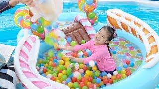 더울때는 물놀이가 최고에요!! 서은이의 대형 사탕 튜브 물놀이 캔디 볼풀 Giant Candy Tube