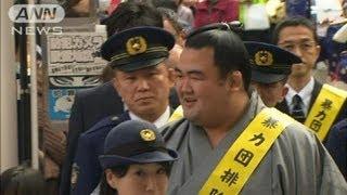 東京・杉並区で、大相撲の大関・琴奨菊と稀勢の里が参加し、暴力団の排...
