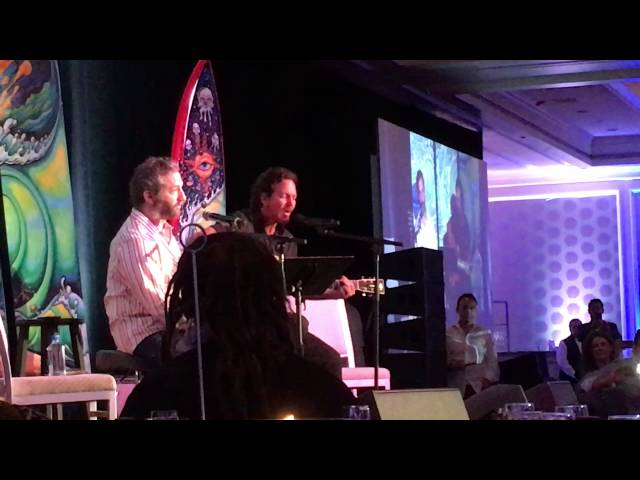 Awesome performance Eddie Vedder and Judd Apatow song about Garry Shandling