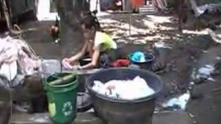 セブ島の洗濯少女
