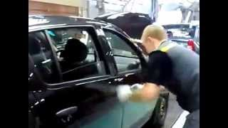 Как не надо регулировать дверь автомобиля... Жесть!