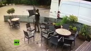 Video: LADRONES en MENOS de un MINUTO se llevan todo el mobiliario de un PUB