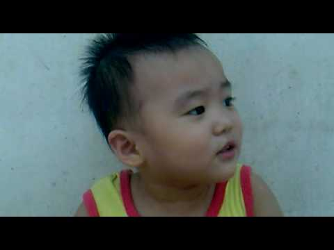 Ba Cong di cho troi mua - Minh Đan 2 tuổi.mp4
