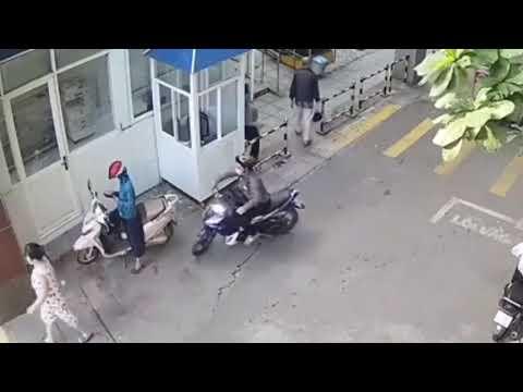 rob smartphone on the street - Cướp điện thoại thông minh trên phố