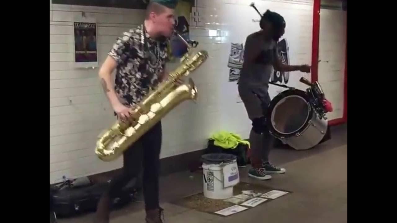 Kendilerini Müziğine Kaptıran Sokak Müzisyenleri / The music fits the rhythm of street musicians