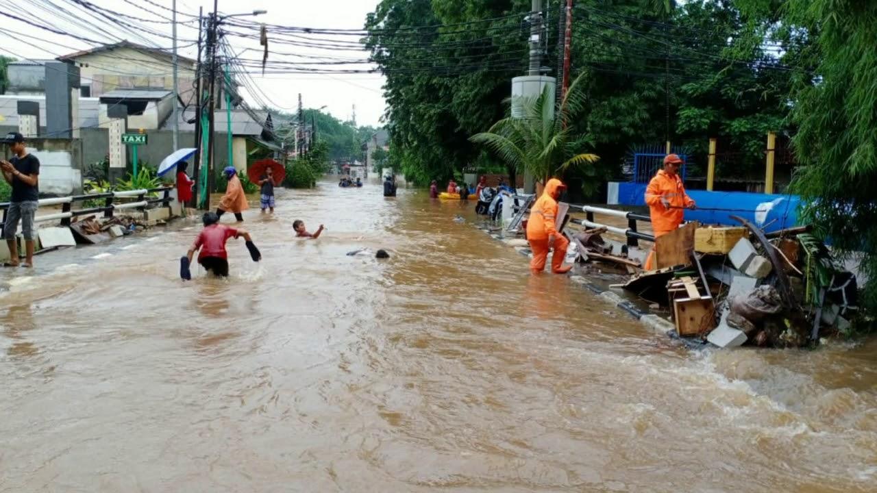 Evakuasi Banjir jakarta di kel. Cipete selatan - YouTube