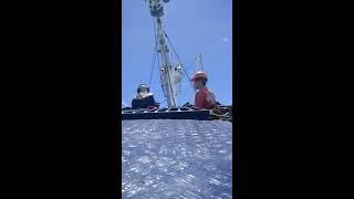 Panguero y ayudante listos para lance Soltando la red de pesca Larga larga
