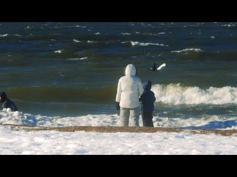 AFP: Russie: sur le golfe de Finlande, le surf en toutes saisons