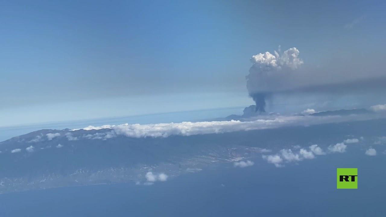 ركاب طائرة يصورون عامود الرماد المنفوث من بركان لا بالما أثناء رحلة  - نشر قبل 27 دقيقة