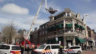 22-04-2016 Leeuwarden - Verwarde Man Door Politie En Brandweer Van Dak Gehaald