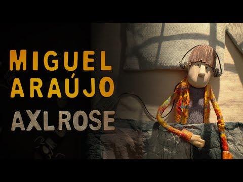 Miguel Araújo – Axl Rose – Vídeo Oficial: Miguel Araújo – Axl Rose – Vídeo Oficial  FACEBOOK- https://www.facebook.com/miguelaraujojorge/ INSTAGRAM - https://www.instagram.com/miguel_araujo_insta/ TWITTER - https://twitter.com/MAraujooficial  ____________________________________  FICHA TÉCNICA   Letra e música: Miguel Araújo Pré-produção: João Só Produção: Miguel Araújo, João Martins e Bruno Pereira Gravação e edição áudio: Bruno Pereira Misturas: Bruno Pereira e João Só Arranjos: João Martins  MÚSICOS   Miguel Araújo: voz e guitarra João Martins: saxofone tenor Mafalda Vilan: violino Jed Barahal: violoncelo Diogo Santos: piano e helpinstill Pedro Santos: baixo eléctrico Mário Costa: percussões e bateria Paulo Gravato: saxofone tenor Rui Pedro Silva: trompete Paulo Perfeito: trombone Ianina Khmelik, Flávia Marques, Pedro Carvalho, Diogo Coelho, Jean Philipe: violino Leonor Fleming, João Tiago: viola Tiago Azevedo: violoncelo  ____________________________________  LETRA  94 Misto de etanol Thc, rock and roll  447 Código secreto MTV, headbanger's ball  Como Panurgo Quando avança um O batalhão vai atrás  Cá pelo burgo All Dressed in gloom A mole humana bole a todo o gás  Esconde a rosa Dentro do coldre O Axl Rose caiu ao chão  Cai o mito Último grito Estatelou-se a minha geração  No Polivalente Paira o perfume A erva e Vert Sauvage  Para ser diferente Há que ser mais um Listen all of y'all it's sabotage  Os paralelos Conhecem as solas Destas Doc Martens de cor  Do Acácio Lello Já só resta o pó Que é do Angel Dust dos Faith no More?  Esconde a rosa Dentro do coldre O Axl Rose caiu ao chão  Cai o mito Último grito Estatelou-se a minha geração  Num suspiro Ouviu-se um tiro Quem encurralou o Kurt Cobain?  Deu-me a traça Dá-me uma passa Let me take you down memory lane  ____________________________________  Realização: Bruno Caetano Direcção de Arte: Ana Bossa Direcção de Fotografia: Vitor Estudante Direcção de Construção: Ana Bossa Construção de Marionetas: Paula Custódio 