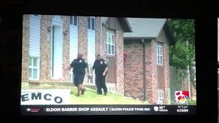 「犯人は赤いパーカーを着た男で警察は現在その行方を捜索中」…っておい!後ろ!!っていう(アメリカ)