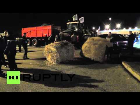 France: Farmers block Carrefour distribution platform to protest meat prices