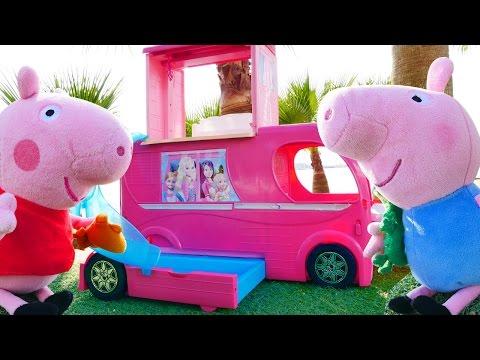 Мягкие игрушки! Кукольный домик и игрушки из мультфильмов про Свинку Пеппу  на пляже!