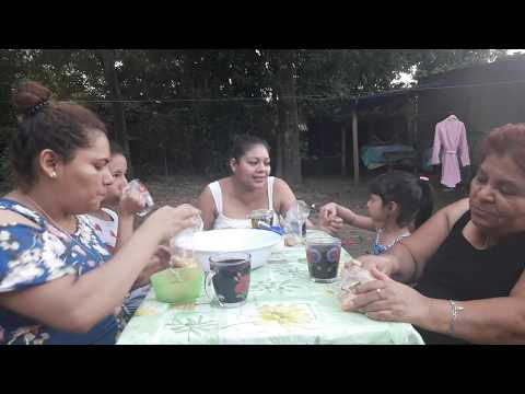 COMIENDO RICOS PASTELITOS CON CAFE