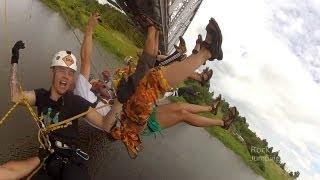 Extreme спорт Роупджампинг: Групповой прыжок с моста