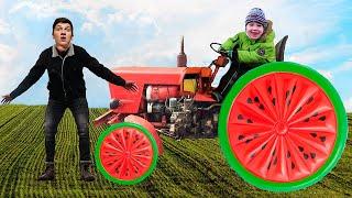 Трактор сломался, отвалилось колесо! Малыш приехал и помог Папе отремонтировать трактор