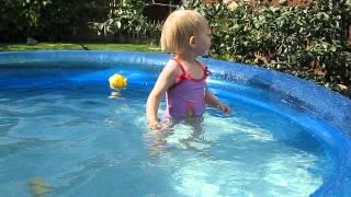 годовалый ребенок в бассейне