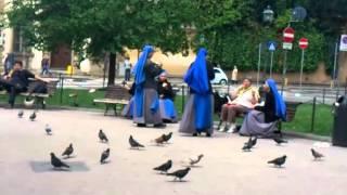Флоренция. Монахини и голуби.