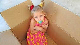 Алиса и Ева как маленькая в коробке с игрушками
