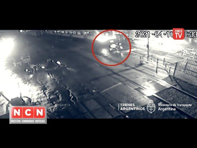 CINCO TV - Motociclista que se salvó de milagro tras querer cruzar con la barrera baja