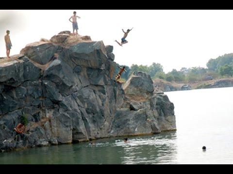 Nhiều sinh viên leo rào vào hồ đá 'tử thần'