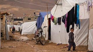 أخبار عربية   السيول تجتاح مخيمات اللاجئين السوريين في عرسال